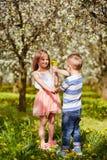 A menina obteve uma flor do dente-de-leão Imagem de Stock