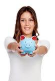 Menina ocasional atrativa com um moneybox azul Fotografia de Stock