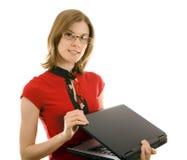 Menina ocasional bonita com um portátil, isolado. Imagem de Stock Royalty Free