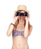 Menina ocasional nova com biquini que olha para um binocular Fotografia de Stock