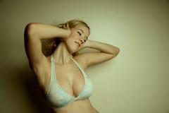 Menina ocidental em um biquini fotografia de stock