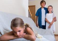 Menina ofendida em outras crianças Foto de Stock