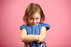 A menina ofendida olha a câmera com um relance, expressa o ressentimento ou a raiva, demonstra seu caráter fotografia de stock