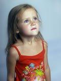 a menina olha acima Imagens de Stock Royalty Free