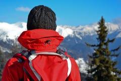 A menina olha as montanhas Fotos de Stock Royalty Free