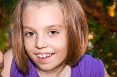 A menina olha com olhos grandes Imagens de Stock