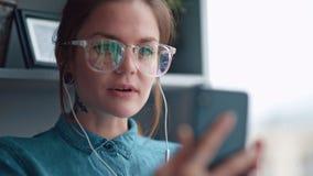 A menina olha na câmera dianteira e fala Comunica-se virtualmente filme