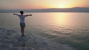 A menina olha na direção do nascer do sol