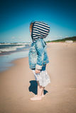A menina olha o mar Fotos de Stock