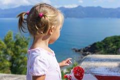 A menina olha o mar Foto de Stock
