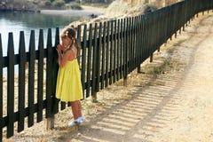 A menina olha o mar Fotos de Stock Royalty Free