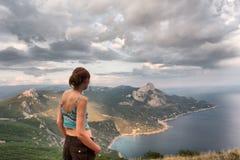 A menina olha a paisagem majestosa fotografia de stock royalty free