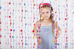A menina olha para fora da cortina de trás Imagem de Stock Royalty Free