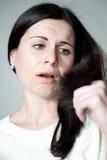 A menina olha pontas do cabelo Imagem de Stock Royalty Free