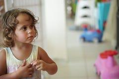 A menina olha séria na alameda imagens de stock royalty free