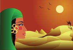 A menina olha um cavaleiro em um camelo no deserto Imagens de Stock Royalty Free