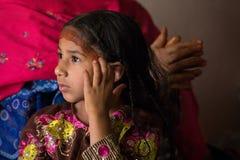 Menina omanense nova que ajusta seu cabelo imagem de stock royalty free