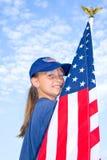 Menina orgulhosa que prende uma bandeira americana. Imagens de Stock Royalty Free
