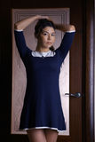 Menina oriental em um hotel em um vestido Imagem de Stock