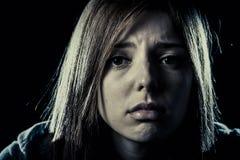 Menina ou mulher do adolescente na depressão de sofrimento do esforço e da dor que olha triste fotos de stock royalty free