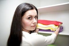 A menina pôr toalhas Imagem de Stock