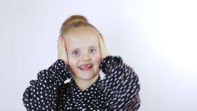 A menina pôs suas mãos sobre sua cabeça na surpresa vídeos de arquivo