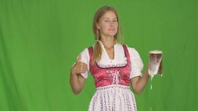 A menina põe o vidro da cerveja vídeos de arquivo