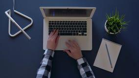 A menina põe sobre os vidros e os começos que trabalham em um portátil ao sentar-se em uma tabela na tarde Tiro aéreo vídeos de arquivo