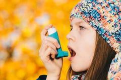 Menina paciente da asma que inala a medicamentação para tratar a brevidade o fotos de stock royalty free