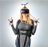 Menina padrão do equipamento no clube da realidade virtual Fotografia de Stock