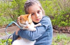 Menina para uma caminhada seu gato favorito foto de stock royalty free