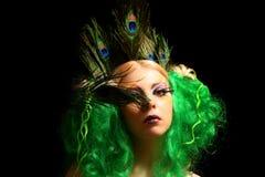 Menina-pavão com cabelos verdes imagens de stock royalty free