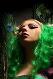 Menina-pavão com cabelos verdes Fotos de Stock Royalty Free
