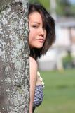 Menina pela árvore Fotografia de Stock Royalty Free