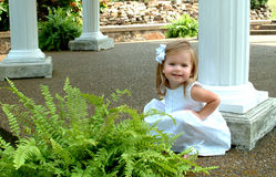 Menina pelas colunas Foto de Stock Royalty Free