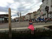 Menina pelo canal em Veneza imagem de stock
