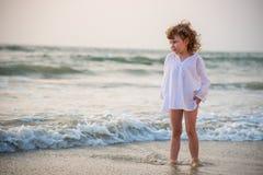 A menina pelo mar imagem de stock