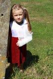Menina pelo poste de amarração de pedra Imagens de Stock