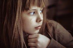 Menina pensativa. Imagens de Stock