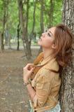 Menina pensativa bonita que olha acima Imagens de Stock