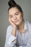 Menina pensativa com uma telha em sua cabeça Fotografia de Stock Royalty Free