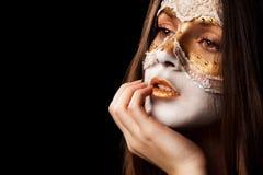 Menina pensativa da cara em uma máscara Foto de Stock