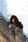 Menina pensativa perto de uma árvore no inverno Foto de Stock Royalty Free