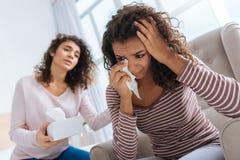 Menina pensativa que acalma seu grito deprimido da irmã fotografia de stock royalty free