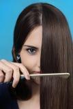 A menina penteia o cabelo longo imagem de stock