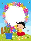 A menina pequena é planta molhando no jardim. Fotos de Stock Royalty Free