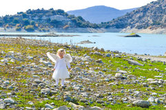 A menina pequena adorável do anjo veio do céu Imagem de Stock Royalty Free