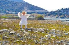 A menina pequena bonito do anjo veio do céu Imagem de Stock