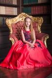 Menina pequena bonito do ruivo que veste um vestido ou um traje antigo da princesa Imagem de Stock Royalty Free