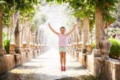 Menina pequena bonito em jardins de Alfabia Imagens de Stock